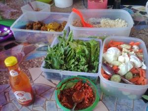 bekal untuk makan siang di kampung raja ... *ada menu FC bunda :D